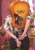 みやぞんの背中ギター