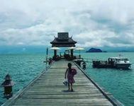 タイの桟橋と娘
